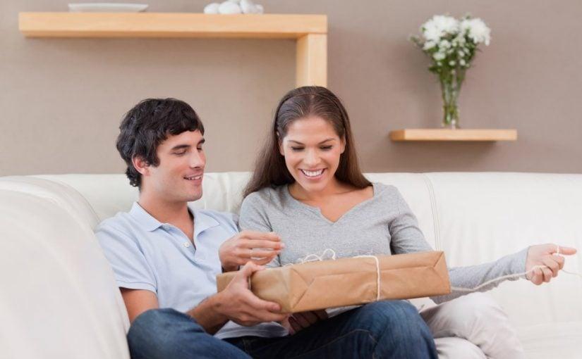 Ungt par der åbner en gave sammen