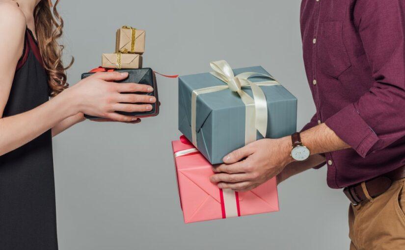 Mand og kvinde med gaver